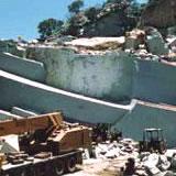 石の流通・加工・設計のコストカットにより低価格を実現
